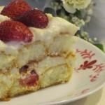 Torta di crema, fragole e cioccolato bianco