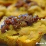 Crostini alla crema di cannellini e salsiccia croccante