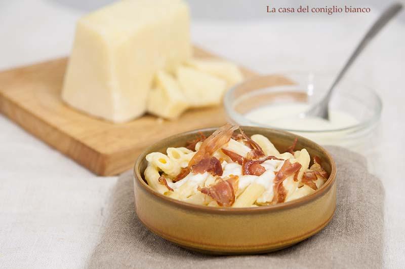 Pasta al forno con salsa di pecorino e speck