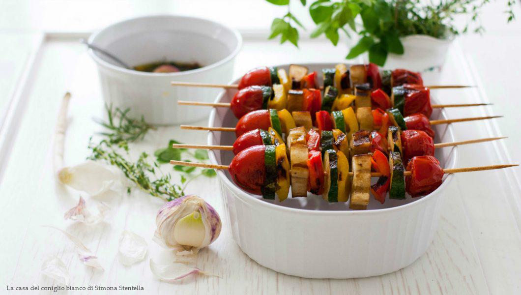 Spiedini colorati di verdure grigliate
